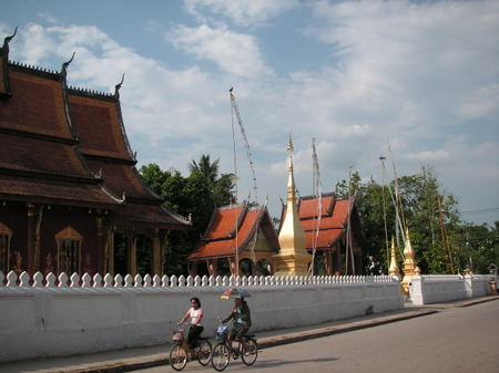 Luang_prabang_cyclists_in_front_of_wat