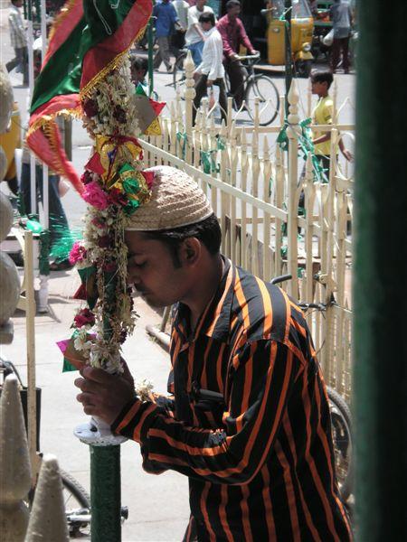 Hyderabad_charminar_praying_youth